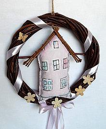 Dekorácie - ZĽAVA (Veniec z vŕbového prútia - Domček v ružovom) - 9258733_