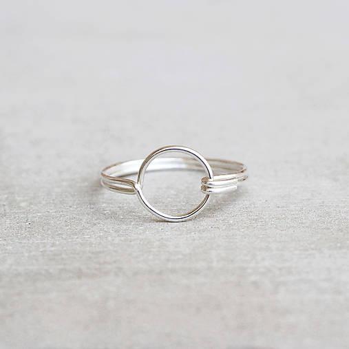 Strieborný prsteň s kruhom