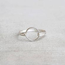 Prstene - Strieborný prsteň s kruhom - 9262632_