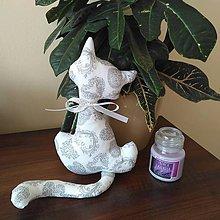 Dekorácie - Biela mačička so vzorom srdiečok - 9258283_