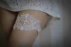 Ivory svadobný podväzok s perlami - čipková aplikácia