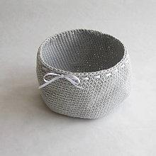 Košíky - Háčkovaný košíček sivý s bielou stuhou - 9260812_