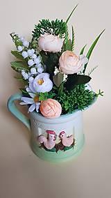 veľkonočná, jarná dekorácia v džbáne s kohútikom a sliepočkou