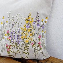 Úžitkový textil - Vankúš zakvitnutá lúka - ručne maľovaný - 9280959_