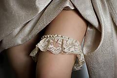 Bielizeň/Plavky - Krémový boho svadobný podväzok - 9282225_