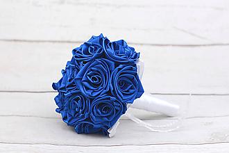 Kytice pre nevestu - Saténová kytica svadobná tmavomodrá ruže + pierko - 9280271_