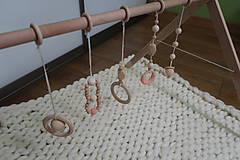 Hračky - Drevená hrazdička pre bábätko BABY GYM - 9285285_