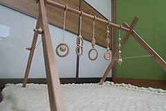 Hračky - Drevená hrazdička pre bábätko BABY GYM - 9285291_