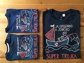 Oblečenie - Originálne maľované tričká pre otca a syna s rybárskym motívom (Silná trojka (dospelácke plus dve detské) nápis: ja,gregorko a jonáško sme super trojka) - 9283441_