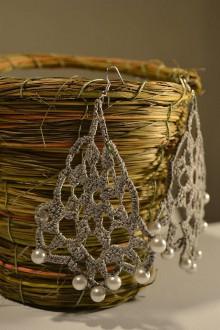 Náušnice - Háčkované náušnice z bavlnenej priadze - Sivý vejárik s perličkami - 9292696_