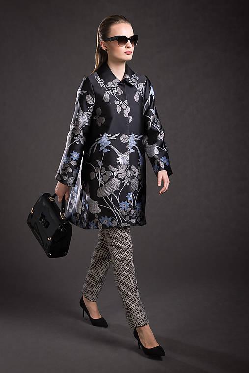 VÝPREDAJ Kvetovaný kabát