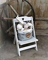 Dekorácie - Jarná dekorácia so zajačikom na drevenej stoličke - 9297682_