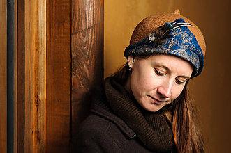 Čiapky - Ručne plstený hnedý klobúk s pierkami - 9295524_
