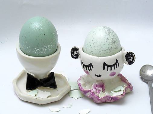 stojan na vajíčko bábika
