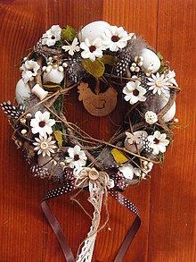 Dekorácie - Veľkonočný veniec s drevevou sliepočkou - 9296075_