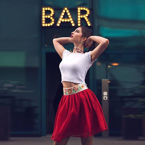 Mini červená sukňa s výšivkou