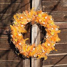 Dekorácie - Oranžový jarný veniec na dvere (35 cm) - 9302623_