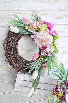 Dekorácie - jarný kvetinový veniec - 9302297_