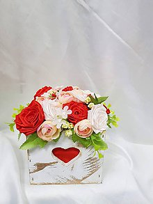 Dekorácie - Jarný aranžmán v drevenom bielom kochlíku z ručne vyrábaných saténových ružičiek - 9304227_