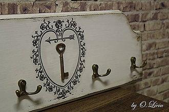Nábytok - Vintage vešiak - zlatý kľúčik - 9307994_