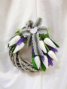 Dekorácie - Sivý prútený veniec s tulipánmi - 9309209_