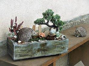 Dekorácie - Dekorácia s ježkom v drevenej bedničke - 9311544_