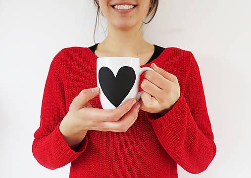 Šálka s tabuľovým motívom v tvare srdca