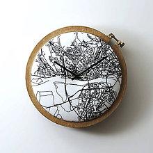 Hodiny - Bratislava, ručne vyšívané nástenné hodiny - 9318164_