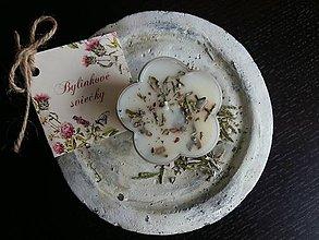 Svietidlá a sviečky - Čajová sviečka kvietok - biela šalvia, céder (Balenie (5ks)) - 9315956_