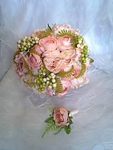 svadobná kytica ružovo-marhuľová s pivóniami s pierkom