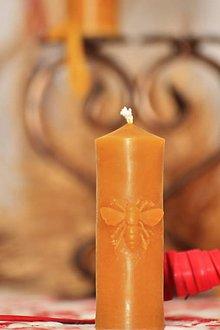 Svietidlá a sviečky - Sviečka z včelieho vosku s ornamentom včely - 9328174_