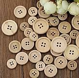 Gombík drevený štvordierkový