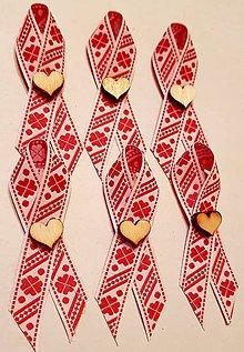 Pierka - folklórne svadobné pierko  červeno-biele s dreveným srdiečkom - 9334529_