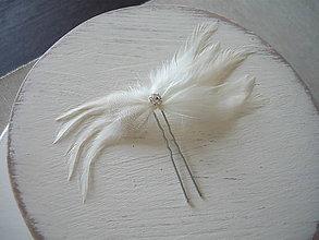 Ozdoby do vlasov - Fascinátor / vlásenka biele perie so štrasom - 9340909_