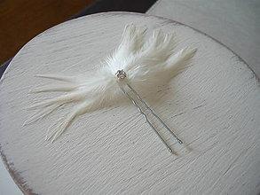 Ozdoby do vlasov - Fascinátor / vlásenka biele perie so štrasom - 9340940_