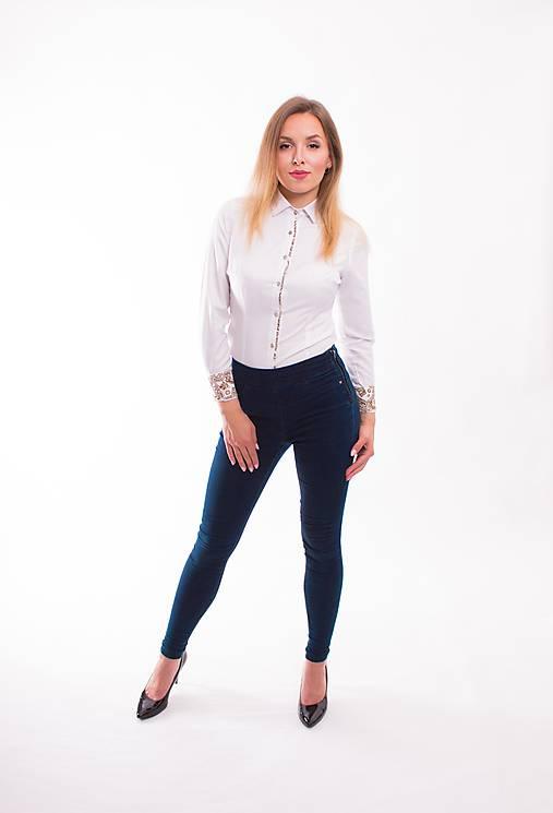 9353b719f5f7 Biela dámska košeľa s vzorovaným lemom Slim-Fit VS-DK1609 ...