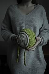 Zelený čepiec s bielym lemovaním