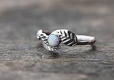 Vetvičkový prsteň s lístočky a opálom