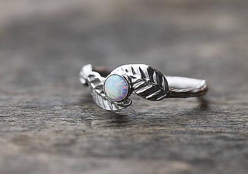 Vetvičkový prsteň s lístočkami a opálom