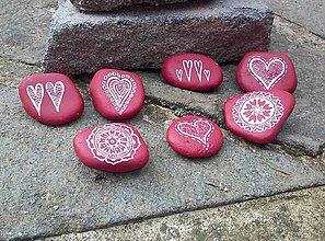 Dekorácie - Červenobiele drobnôstky - Na kameni maľované - 9342078_