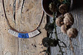 Náhrdelníky - dlhý keramický náhrdelník s pásikmi na koženej šnúre - 9352808_