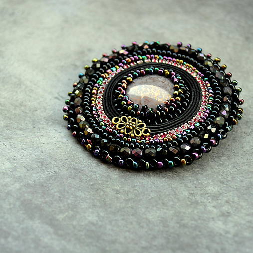 Black&violet - vyšívaná brož