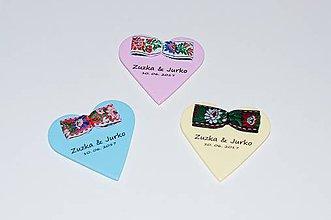 Darčeky pre svadobčanov - Magnetky - srdiečka s mašličkou z krojovky - 9358845_