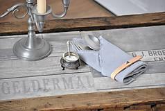 Úžitkový textil - ľanový obrúsok s koženým remienkom (svetlosivý) - 9357983_
