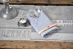 Úžitkový textil - ľanový obrúsok s koženým remienkom (svetlosivý) - 9357985_