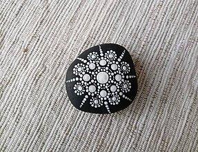 Dekorácie - Čiernobiele bodkovanie - Na kameni maľované - 9359405_