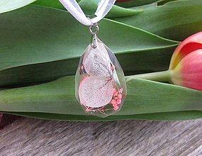Náhrdelníky - Slzička s kvietkami - živicový náhrdelník (ružový kvietok v menšej slzičke na šnúrke č. 1954) - 9358334_