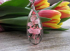 Náhrdelníky - Slzička s kvietkami - živicový náhrdelník (ružový kvietok vo veľkej slzičke na šnúrke č. 1956) - 9358620_