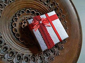 Obalový materiál - Darčeková krabička papierová strieborná s červenou - 9366104_