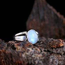Prstene - Strieborný prsteň s mesačným kameňom - 9364932_